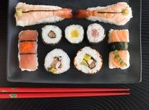 Selezione dei sushi della verdura e dei frutti di mare con il taglio Immagine Stock Libera da Diritti
