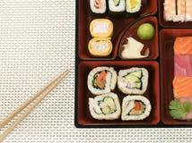 Selezione dei sushi in una casella di Bento fotografie stock libere da diritti