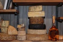 Selezione dei tipi differenti di bottiglie di vino e del formaggio Fotografie Stock Libere da Diritti