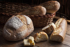 Selezione del pane su una tavola boscosa Immagine Stock Libera da Diritti