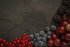 Selezione della frutta sull'ardesia Fotografie Stock
