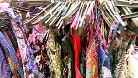 Selezione della ragazza di abbigliamento nel deposito indiano video d archivio
