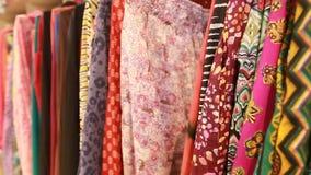 Selezione della ragazza di abbigliamento nel deposito indiano archivi video