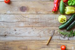 Selezione della verdura variopinta sulla tavola di legno Immagini Stock