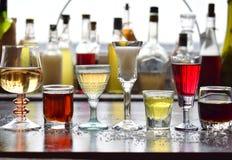 Selezione delle bevande alcoliche Insieme di vino, brandy, liquore, tintura, cognac, whiskey in vetri, bottiglie Grande varietà d Fotografia Stock