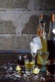 Selezione delle bevande alcoliche Insieme di vino, brandy, liquore, tintura, cognac, whiskey in vetri, bottiglie Grande varietà d Immagini Stock Libere da Diritti