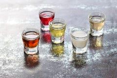 Selezione delle bevande alcoliche Insieme di vino, brandy, liquore, tintura, cognac, whiskey in vetri Grande varietà di alcool e  Fotografie Stock