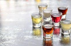 Selezione delle bevande alcoliche Insieme di vino, brandy, liquore, tintura, cognac, whiskey in vetri Grande varietà di alcool e  Fotografie Stock Libere da Diritti