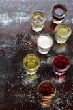 Selezione delle bevande alcoliche Insieme di vino, brandy, liquore, tintura, cognac, whiskey in vetri Grande varietà di alcool e  Immagini Stock