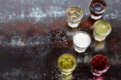 Selezione delle bevande alcoliche Insieme di vino, brandy, liquore, tintura, cognac, whiskey in vetri Grande varietà di alcool e  Immagine Stock