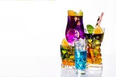 Selezione delle bevande festive variopinte, delle bevande alcoliche e dei cocktail in vetri eleganti su bianco Immagini Stock