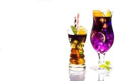 Selezione delle bevande festive variopinte, delle bevande alcoliche e dei cocktail in vetri eleganti su bianco Fotografia Stock