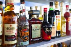 Selezione delle bottiglie del liquore sullo scaffale della barra Fotografia Stock