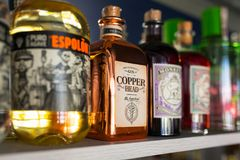 Selezione delle bottiglie dell'alcool sullo scaffale della barra Fotografia Stock