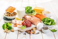 Selezione delle fonti della proteina vegetale e dell'animale su fondo di legno fotografie stock