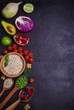Selezione di alimento sano Fondo dell'alimento: quinoa, melograno, calce, piselli, bacche, avocado, dadi e olio d'oliva fotografie stock libere da diritti