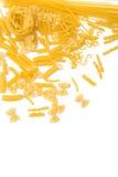 Selezione di pasta cruda, isolata su fondo bianco Fotografia Stock