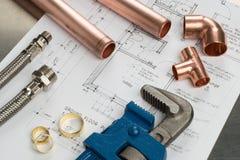 Selezione di strumenti degli idraulici e materiali dell'impianto idraulico fotografia stock