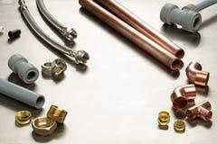 Selezione di strumenti degli idraulici e materiali dell'impianto idraulico con la stazione termale della copia immagine stock
