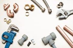 Selezione di strumenti degli idraulici e materiali dell'impianto idraulico con la stazione termale della copia immagine stock libera da diritti