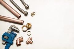 Selezione di strumenti degli idraulici e materiali dell'impianto idraulico con la stazione termale della copia fotografia stock libera da diritti