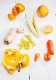 Selezione di varie frutta e verdure organiche crude gialle fresche dei prodotti Immagini Stock Libere da Diritti