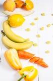 Selezione di varie frutta e verdure organiche crude gialle fresche dei prodotti Fotografie Stock Libere da Diritti
