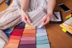 Selezione grande dei campioni del tessuto per la decorazione interna sulla tavola immagine stock