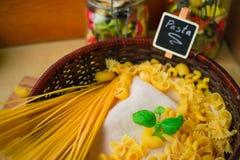 Selezione a secco mista della pasta con basilico, alimento italiano fotografia stock