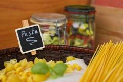 Selezione a secco mista della pasta con basilico, alimento italiano Fotografia Stock Libera da Diritti