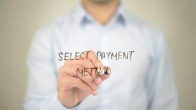 Selezioni il metodo di pagamento, scrittura dell'uomo sullo schermo trasparente Fotografia Stock Libera da Diritti