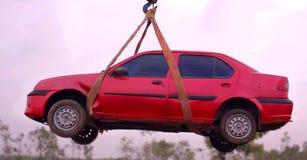 Selezioni l'automobile su rimorchiata sul camion di rimorchio Rimorchio di emergenza dell'automobile sul camion immagine stock libera da diritti