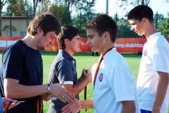 Seleznev поздравляет молодого игрока Стоковые Фотографии RF