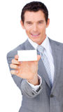 Self-assured бизнесмен показывая белую карточку стоковое изображение