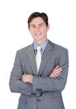 Self-assured бизнесмен стоя с сложенными рукоятками Стоковая Фотография RF