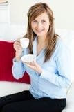 Self-assured blonde Geschäftsfrau, die ein Cup anhält Lizenzfreies Stockfoto