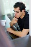 Self-employed man som hemma fungerar Fotografering för Bildbyråer