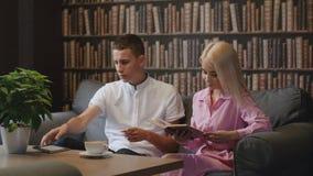 Self-learning met boek en tablet stock video