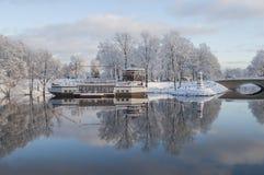 Self-service nella forma della barca e nella bella riflessione in acqua Fotografia Stock Libera da Diritti