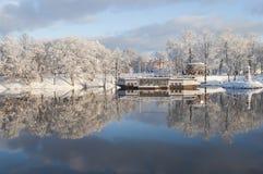 Self-service nella forma della barca e di bella riflessione su acqua del fiume Immagini Stock