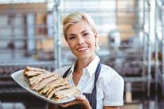 Selfassured weibliches Kellnerinlächeln Lizenzfreie Stockfotos