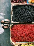 Selfeet: il nero e ribes rosso da vendere al mercato dell'agricoltore Fotografia Stock