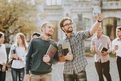 Selfi allievi tipi Libri standing università fotografie stock