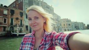 Selfi auf dem Hintergrund Grand Canal s in Venedig Eine junge Frau schießt sich auf Video Tourismus in Italien stock video footage