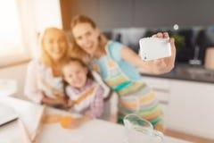 Selfi para a ação de graças Uma mulher, sua mãe e sua filha fazem o selfie na cozinha Fotos de Stock Royalty Free