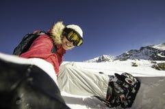 Selfie挡雪板 采取在一个倾斜的年轻愉快的妇女selfie在北部阿尔卑斯,法国 免版税库存图片