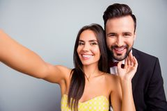 Selfie可爱的夫妇,家庭,做sel的妇女画象照片  免版税库存图片