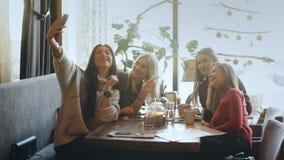 Selfie坐在咖啡馆的四名妇女 股票视频