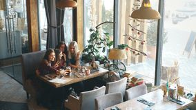 Selfie坐在咖啡馆的四名妇女 影视素材