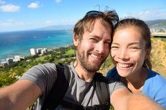 Selfie夫妇与檀香山夏威夷的旅行乐趣 免版税库存照片